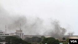 Asap tampak terlihat di pusat kota Abidjan, Sabtu, 2 April 2011.