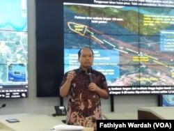 Kepala Pusat Data Informasi dan Hubungan Masyarakat Badan Nasional Penanggulangan Bencana (BNPB) Sutopo Purwo Nugroho sedang menjelaskan bencana longsor dan banjir di sejumlah daerah di Indonesia di kantornya.