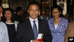 马达加斯加前总统拉瓦卢马纳纳和他的妻子(右)1月21日在约翰内斯堡的机场