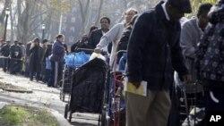 12일 뉴욕 브룩클린 시에서 허리케인 구호물품을 받기 위해 줄 서 있는 샌디 피해 주민들.