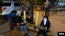Reporteri redakcije Glasa Amerike za Kinu izveštavaju sa biračkog mesta u Virdžiniji na dan izbora, 3. novembra 2020.