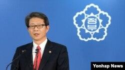 류길재 한국 통일부 장관이 11일 오후 정부서울청사에서 개성공단 사태에 대한 성명을 발표하고 있다.