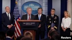 댄 코츠 국가정보국(DNI) 국장(왼쪽부터)과존 볼튼 국가안보보좌관, 크리스토퍼 레이 연방수사국(FBI) 국장, 폴 나카소네 국가안보국(NSA) 국장, 커스텐 닐슨 국토안보부 장관이 3일 백악관 정례 브리핑에서 외부 세력의 미국 선거 개입 가능성에 대해 경고했습니다.