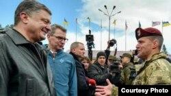 Петро Порошенко, Джеффрі Пайєтт та військовослужбовець США на Яворівському полігоні, 20 квітня.