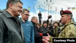 Ukrainian President Petro Poroshenko (L) speaks with an unidentified U.S. commander at the start of joint military exercises near Yavoriv, western Ukraine, April 20, 2015. Second from left is U.S. Amb. to Ukraine Geoffrey Pyatt. (Image source - Presidential Administration of Ukraine)