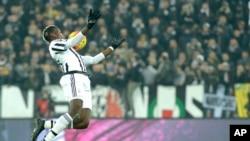 En images: le transfert le plus cher de l'histoire du footballeur Paul Pogba au Manchester United