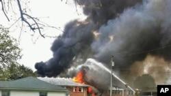 Jet tempur Angkatan Laut AS jatuh menimpa apartemen di kota Virginia Beach, Jumat (6/4).
