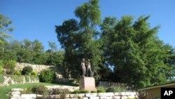 미주리주 한니발에 마크 트웨인 소설의 주인공들인 톰 소여와 허클베리 핀의 동상이 세워져 있다.