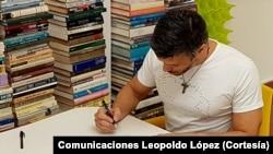 Leopoldo López votó en el plebiscito desde su casa, donde está bajo arresto domiciliario.