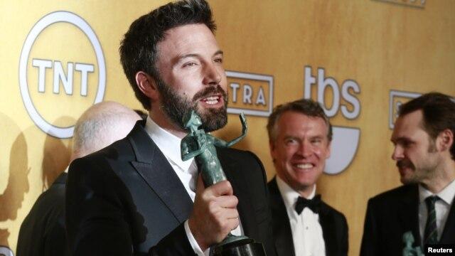 """Sutradara dan aktor Ben Affleck memegang piala Screen Actors Guild Awards yang dimenangkannya bersama para aktor film """"Argo"""". (Reuters/Adrees Latif)"""