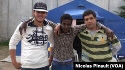 Trois migrants libyens posent pour VOA Afrique dans un centre de la Croix Rouge, Rome, 5 octobre 2015 (Nicolas Pinault/VOA).