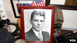 罗拉巴克议员办公室摆了很多里根的照片 (美国之音杨晨拍摄)