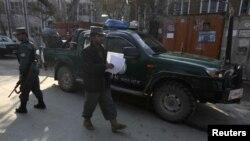 Cảnh sát Afghanistan đứng gát nơi một cố vấn Mỹ bị bắn chết bởi một nữ cảnh sát Afghanistan, Kabul, 24/12/12