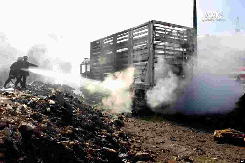 تلاش آتش نشانی برای اطفاء حریق به جای مانده از حمله هوایی نیروهای دولتی به حلب. ۲۲ دسامبر