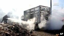 I敘利亞北部城市阿勒頗被轟炸後,車輛遭到焚燒,救援人員到場撲救