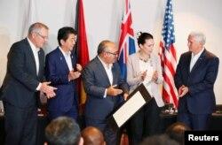 معاون رئیس جمهوری آمریکا در کنار برخی متحدان ایالات متحد از جمله نخست وزیر ژاپن در اجلاس آپک