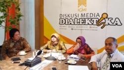 Wakil Ketua Umum ICMI Dr Sri Astuti Buchari (kedua dari kiri) menjelaskan sikap ICMI terkait LGBT, dalam jumpa pers di Jakarta. (Foto: VOA/Fathiyah)