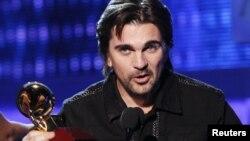 El colombiano Juanes acepta el premio por el album del año, por el MTV Unplugged, durante la 13a. Ceremonia de los Premios Grammy, en Las Vegas, Nevada.