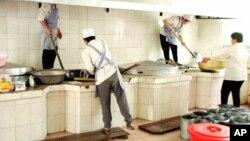 На кухне столовой одного из трудовых лагерей на северо-востоке Китая (архивное фото)