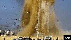 Des Palestiniens tentant de fuir après un raid aérien israélien sur une position du Hamas, Bande de Gaza, le 6 février 2017.