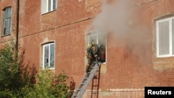 Спасатели работают на месте пожара. Егорьевск, Подмосковье. 11 сентября 2012 года.