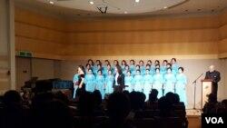 18일 서울에서 탈북민 음악가들과 탈북 여성 합창단이 6.25전쟁 국군 포로들과 전시 납북자들을 기리기 위한 음악회를 열었다. 탈북 여성들로 구성된 물망초합창단이 공연하고 있다.