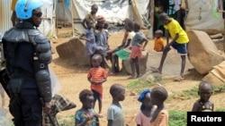 Enfants sous la protection d'un casque bleu dans un camp de déplacés à Juba, au Soudan du Sud, le 17 juin 2017.