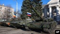 Oklopna vozila, od kojih pojedina sa ruskom zastavom, u istočnoj Ukrajini ( 5. novembar, 2014)