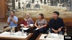 Para peneliti Kontras menyampaikan hasil temuan lembaganya di Jakarta, Rabu (26/6). (Foto: VOA/Sasmito)