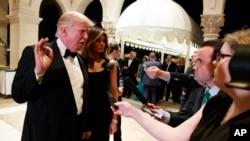 美国当选总统川普在他的佛罗里达州马阿拉歌庄园的新年除夕聚会中同记者谈话(2016年12月31日)