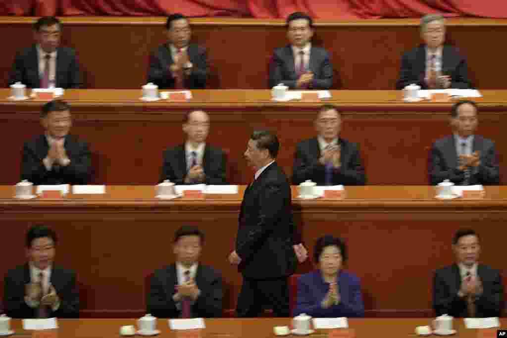 """中国国家主席习近平在北京人民大会堂举行的解放军建军90周年大会上。在人们的掌声中走向讲台,发表讲话 (2017年8月1日)。如果中共恢复党主席,习近平将身兼党政军三个主席。中共的前三位主席是毛泽东、华国锋、胡耀邦。1982年9月1日,中共召開十二大,修改党章,取消中央委员会主席职务,所以党内最高职务变为总书记。 """"中国战略分析""""杂志社社长李伟东说 ,这是党内走向某种民主的趋势,而今习近平要重回主席位置,就是要回归毛式的个人大权在握,实现高度集权。1945年6月19日,中共中央举行第七届一中全会,选举毛泽东为中国共产党中央委员会主席,此后毛泽东终身担任党主席职务。"""