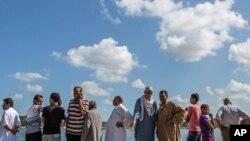 전날 이집트에서 출발한 뒤 지중해에서 침몰한 난민선 탑승자들의 친인척들이 22일 해안도시 로제타 인근에서 수색작업에 동참하고 있다.