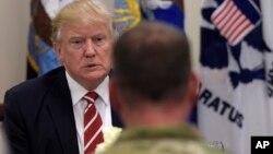 El presidente Trump almuerza con las tropas en la sede del Comando Central del ejército en la base MacDill de la Fuerza Aérea en, Florida.