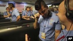 Técnicos y científicos de la NASA sonríen en Laboratorio de Propulsión de Pasadera, en California.