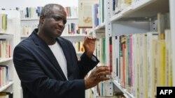 L'écrivain franco-ivoirien Serge Bilé au centre culturel français d'Abidjan, le 28 mars 2018.