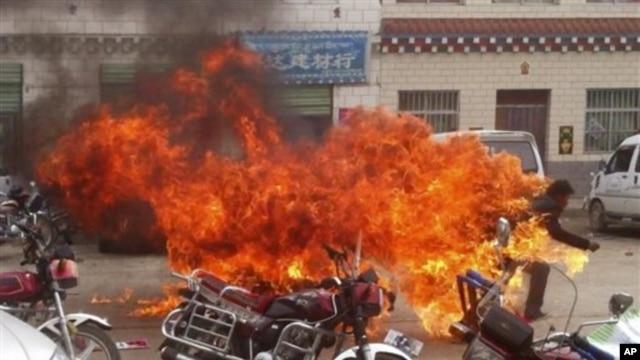 Hình ảnh từ video nghiệp cho thấy một thanh niên Tây Tạng tự thiêu ở quận Yushu trong tỉnh Thanh Hải của Trung Quốc để phản đối sự cai trị của Trung Quốc.