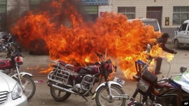 Hình ảnh từ video nghiệp cho thấy một thanh niên Tây Tạng tự thiêu trong tỉnh Thanh Hải để phản đối sự cai trị của Trung Quốc.