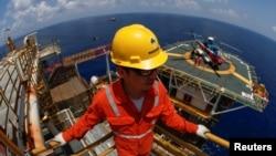 Nhân viên công ty Rosneft chi nhánh Việt Nam làm việc ở mỏ Lan Tây trên Biển Đông.