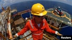 Nhân viên Việt Nam của tập đoàn Rosneft làm việc ở mỏ khí Lan Tây trên Biển Đông.