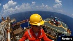 Một nhân viện Rosneft Vietnam trên giàn khoan Lan Tây ở ngoài khơi Vũng Tàu. Ảnh chụp ngày 29/4/2018. REUTERS/Maxim Shemetov