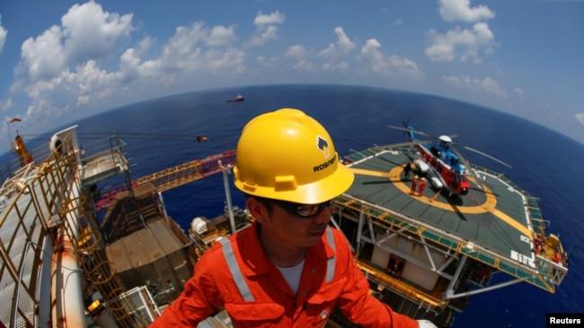 Nhân viên Rosneft tại Việt Nam đang làm việc ở giàn khai thác khí Lan Tây trên Biển Đông, ngoài khơi Vũng Tàu.