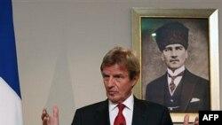 Davutoğlu Kouchner'le Görüştü