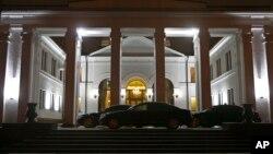 2014年12月24日白俄罗斯明斯克: 政府大楼前的豪华轿车 - 解决乌克兰危机期待已久的谈判在进行中