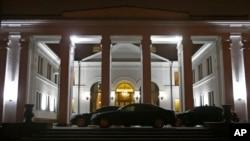 Kendaraan limousin terlihat parkir di depan gedung pemerintah saat berlangsungnya pembicaraan perdamaian untuk krisis Ukraina di Minsk, Belarus (24/12).