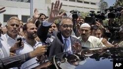 巴基斯坦执政党人民党提名的总理候选人谢哈布丁(中)在提交提名文件后再伊斯兰堡向支持者挥手