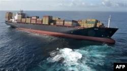 Tàu Rena đang nghiêng bấp bênh về một phía, khiến hàng chục container rơi khỏi boong tàu