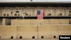 一面美军旗帜悬挂在阿富汗帕旺省巴格拉姆空军基地一个住房的栏杆上(2015年1月2日)