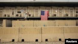 Cờ Mỹ được treo bên ngoài một đơn vị nhà ở bên ngoài căn cứ không quân Bagram ở tỉnh Parwan, Afghanistan, ngày 2/1/2015.