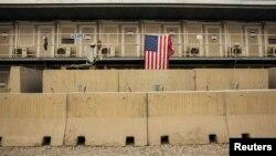 Cờ Mỹ treo bên ngoài một đơn vị nhà ở trong cơ sở quân sự Bagram ở tỉnh Parwan, Afghanistan, ngày 2/1/2015.