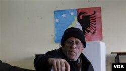 Warga Kosvo etnis Albania menyalurkan hak pilihnya dalam pemilu parlemen hari Minggu di kota Hajvalia.